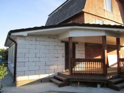 Пристройка к загородному дому из газоблоков с терассой